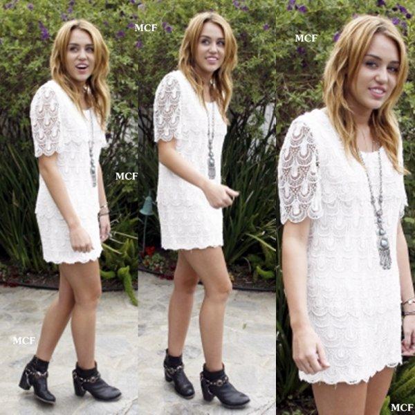 Miley s'est rendue hier (14 août) à une house party avec des amis. Elle était vraiment sublime dans cette petite robe blanche. Miley a été très sympathique avec le photographe présent puisqu'elle a accepté de poser pour lui !!!