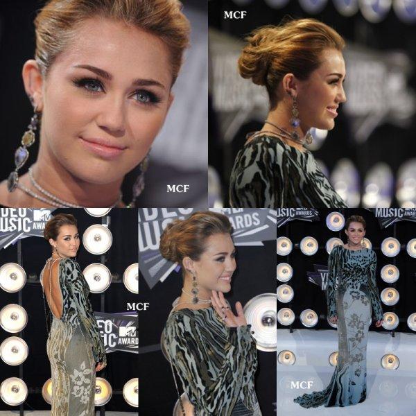 Hier soir a eu lieu la cérémonie des Video Music Awards! Miley s'y ai rendu, et a remis le prix du meilleure clip Rock avec Sean White. Autant dire qu'elle était sublime dans sa robe bleu signé Roberto Cavalli, des escarpins de Azzedine Alaia, et de magnifique bijoux de chez Lorraine Schwartz !!!