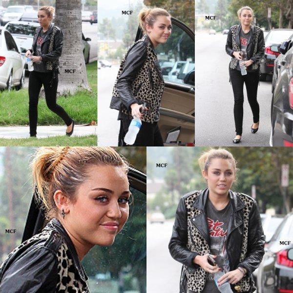 Miley a été photographiée le 17 septembre dernier se rendant chez un(e) ami(e) à Pasadena !!!