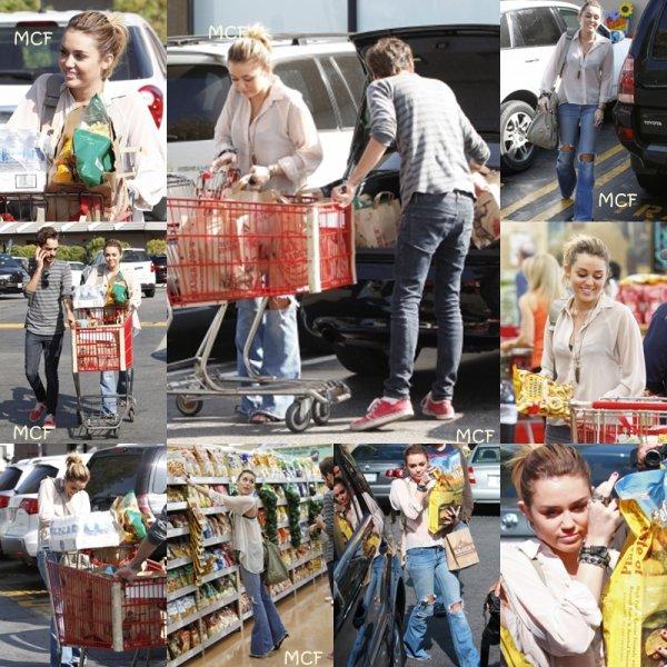 Miley et son ami Cheyne se sont rendus (21 octobre) chez Trader Joe's pour faire quelques courses à Studio City, avant de se rendre dans une animalerie !!!