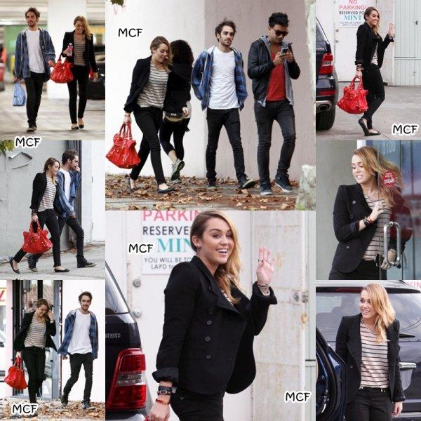 Miley a été photographiée le 4 novembre alors qu'elle faisait les boutiques avec ses amis Cheyne Thomas et Vijat Mohindra à Best Buy, à Hollywood. Que pensez-vous de sa coiffure ? Moi j'aime bien !!!
