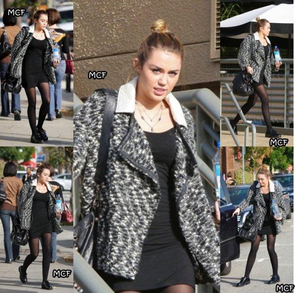 Miley a été photographiée  (1er décembre) quittant le California Pizza Kitchen à Studio City avant de se rendre dans une animalerie avec son ami Cheyne !!!