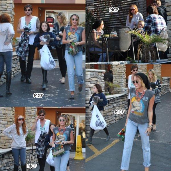 Après un rapide passage à Hawaii, Miley est de retour à Los Angeles ! Des photos de son arrivée à l'aéroport LAX. Elle est ensuite partie déjeuner avec sa famille à Studio City !!!
