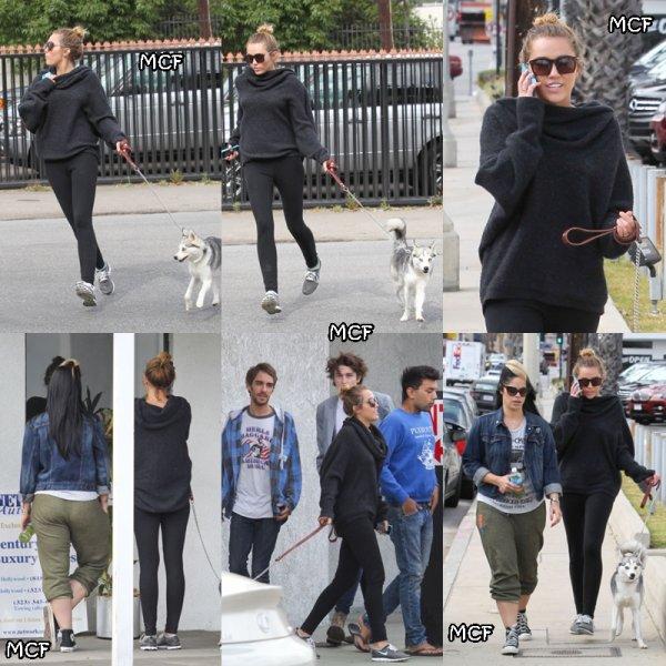 Encore une Miley sportive que nous avons pu apercevoir dans les rues de Studio City hier, toujours avec Floyd. Elle a déjeuné au Jinky's Café avec Cheyne Thomas, son frère, Vijat et Denika.