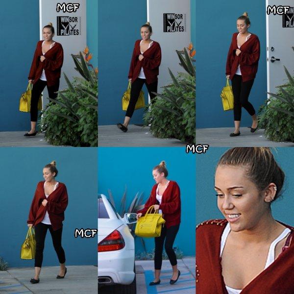 Miley a été photographiée hier alors qu'elle quittait son cours de Pilate !!! Elle est juste très jolie !!!