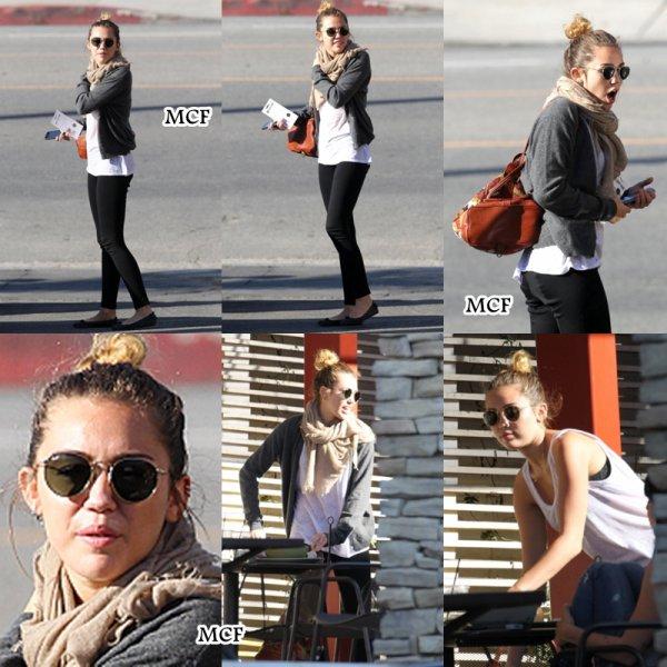 Miley est sortie déjeuner hier (19 mars) avec ses amis Jen et Cheyne !!!