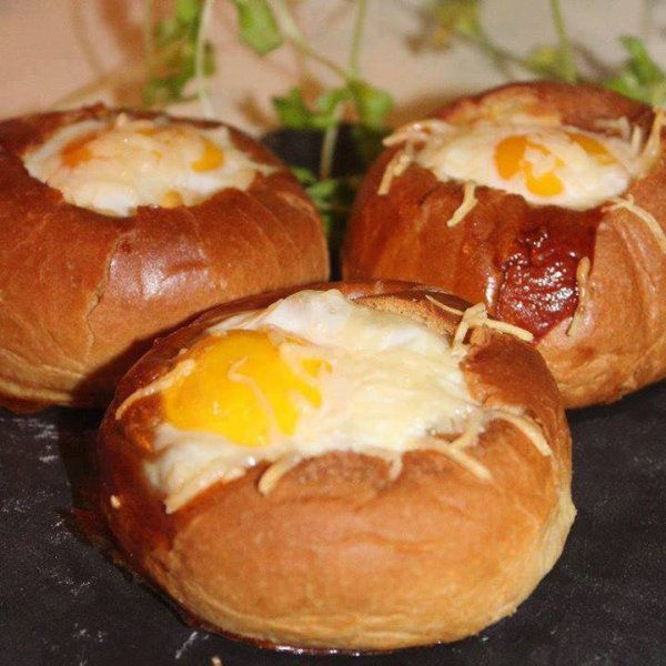brioche farçie au fromage de chevre+ tomate + oeuf!