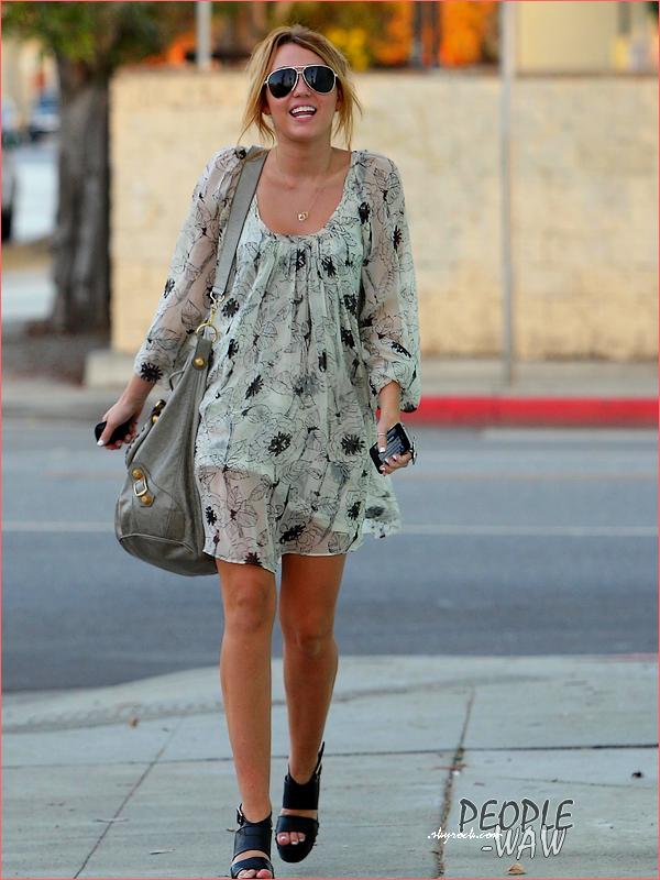 (Par Amel) 22.09.10 Miley se rend dans un studio Ton avis ! Tenue de Miss Cyrus Top ,Bof ou Flop ? Moi j'adore tenue  assez simple & avec son corps amincit ,perfect ! Miley Cyrus