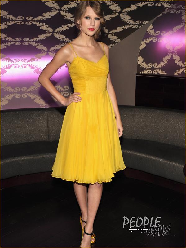 (Par  Marine)  Taylor Swift à L.A ce 23 septembre au Club Nokia  Vos avis sur la tenue TRES colorée de la miss Swift ? Personnellement, elle me fait penser à un poussin avec ce jaune horrible!  %)  -- Taylor Swift