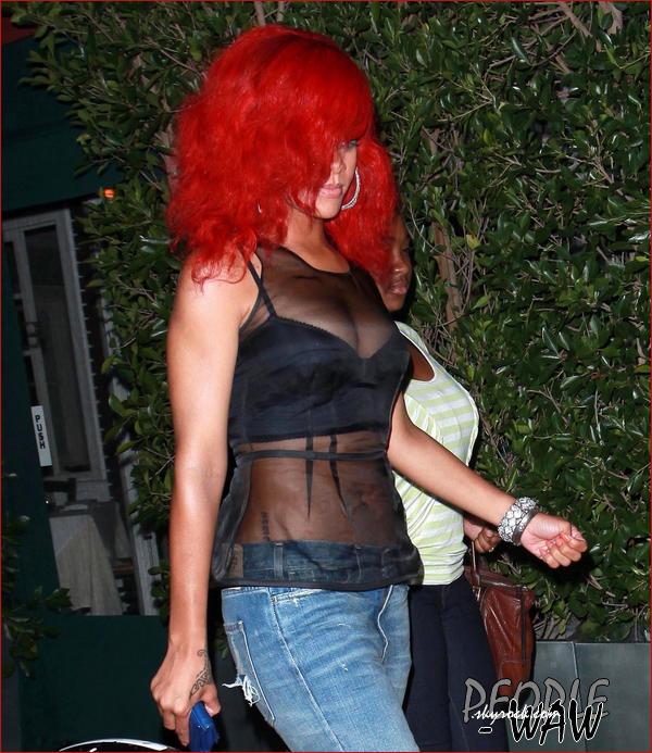 Riri quittant un restaurant ce 23 septembre   Riri a définitivement laissé au placard les coupes courtes...  Maintenant,  sa lubie, c'est le rouge  $) ,difficile de voir son second oeil :S Rihanna