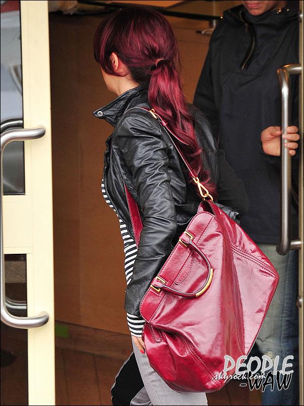 Mademoiselle - - - - - aux studios de X Factor à Londres    Mais a qui sont ses jolis cheveux rouges ? Allez on réfléchis, le titre devrais vous aider !  Alors ?