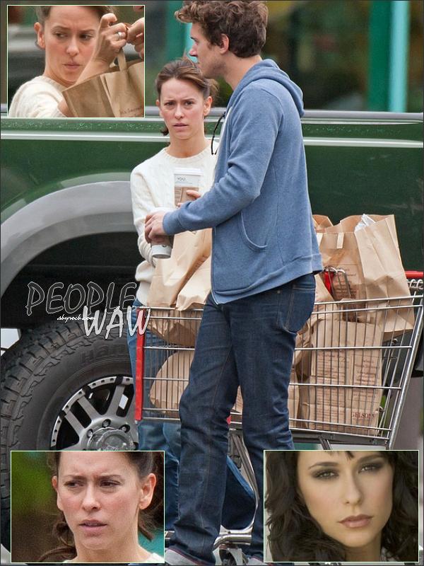>>Jennifer Love Hewitt et Alex à Los angles ...  Bon ,certe elle nous fait une tronche...Mais bon elle reste  mimi sans make up ,n'est-ce pas ?!  Bon après avec le maquillage ,c'est une autre histoire =) Jennifer Hewitt
