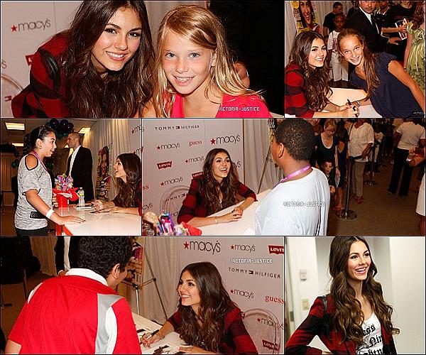 15 Août 2010 Victoria était dans une école pour un concert et défilé de mode chez Macy's Herald Square à NY.