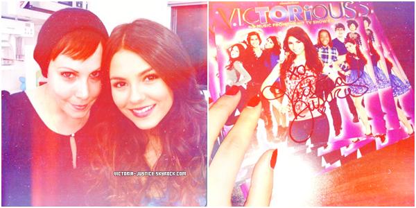 ♦ Découvrez 3 photos provenant du twitter de Victoria. ▬ 20 Juillet 2011