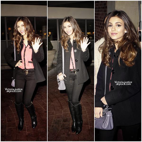 23/02/12 Victoria était à une séances d'autographe au HMV Oxfrod Circus à Londres.  23/02/12 Candids de Victoria quittant son Hôtel à Londres.