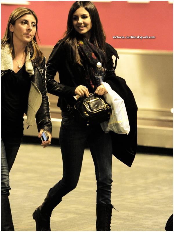 21/10/12   Victoria a été repérée arrivant à l'aéroport JFK à New York. Elle s'y rend pour la promo de Fun Size.