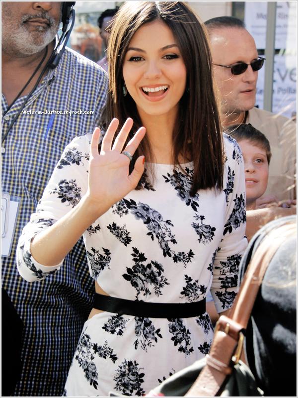 26/10/12   Victoria, en compagnie du cast de Fun Size, s'est rendue  à Extra au Grove à Los Angeles, en Californie.