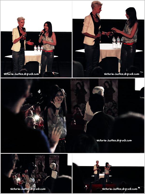11/11/12   Vic' s'est rendue à une projection de Victorious suivi d'une séance d'autographes alors qu'elle était à Sydney, en Australie.