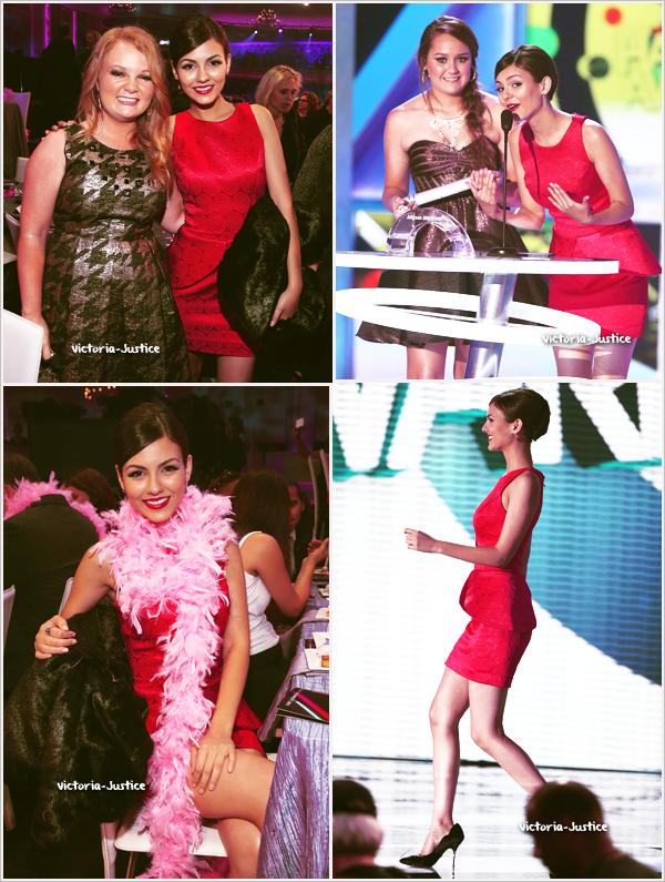 17/11/12   Victoria s'est rendue au TeenNick HALO Awards au Hollywood Paladium à Los Angeles, en Californie. Ton avis sur sa tenue ?
