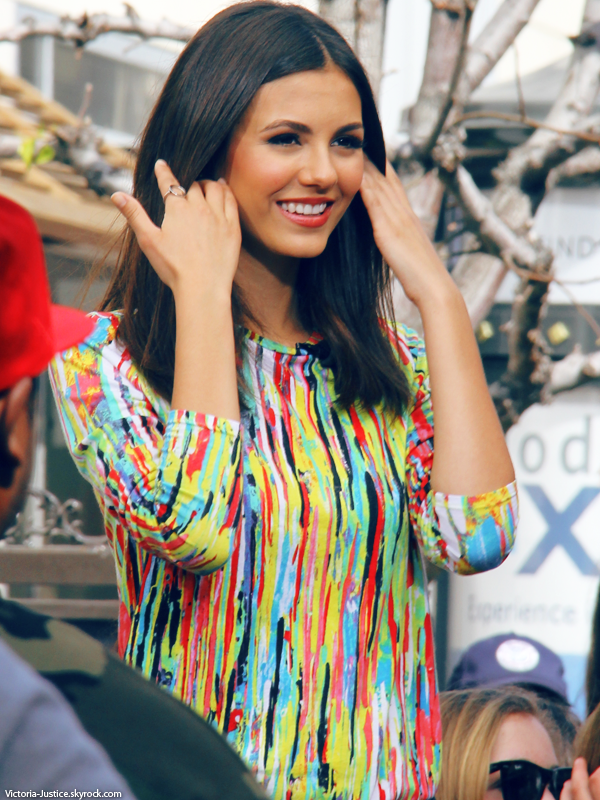 03/04/13   Victoria était au Grove pour filmer un petit extrait pour Extra à Los Angeles, en Californie. Ton avis?