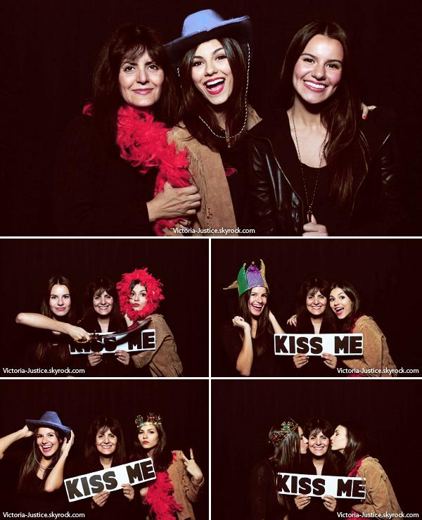13/04/13   Vic' était à la soirée d'anniversaire de Toby Gad à Los Angeles en compagnie de sa soeur et sa mère.