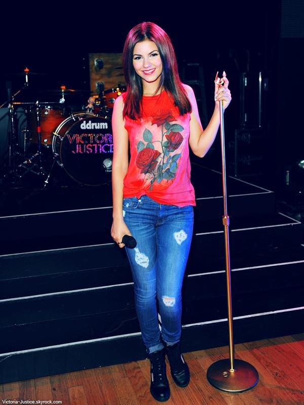 18/06/13   Victoria a commencé les répétitions pour sa tournée cet été et a interprété son nouveau single, Gold.