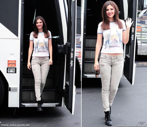 17 Juillet 2013 | Victoria a été aperçue près de son bus dans l'Etat de New York, à Wantagh.