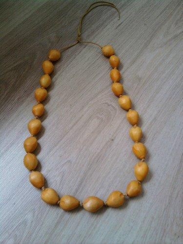 2 colliers: l'un et l'autre à perles en bois et réglables par liens coulissants