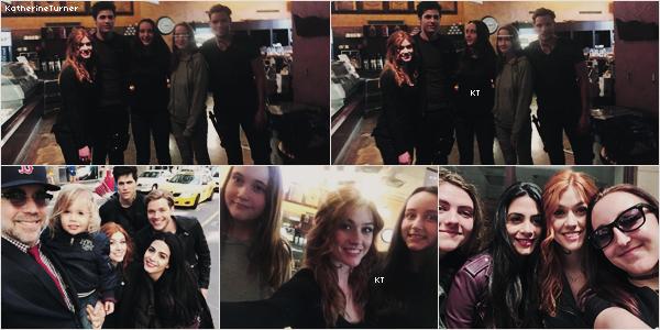 ON SET_|_TORONTO_|_23AVRIL 2017_:_Voici quelques photos du cast avec des fans sur le tournage. Que pensez-vous de ces photos ? Perso, je suis contente de voir qu'ils prennent du temps pour les fans.