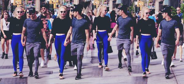 _____►NEW YORK | 28 AVRIL 2017 : _Sophie a été vue se promenant main dans la main avec son boyfriend Joe Jonas dans les rues de New York. Le jeune_ _couple est allé boire un café puis ils ont fait de la gym ensemble au S10 Workout Studio. Qu'en pensez-vous ? Côté tenue,_ _je trouve que la tenue de Sophie n'est vraiment pas mal, surtout pour une tenue de sport. Je suis aussi contente de la voir_ _aussi rayonnante. Elle et Joe ont l'air vraiment heureux ensemble et ça fait plaisir à voir. Ils forment un joli couple.