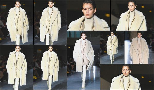 21 février 2019 : Miss Kaia Gerber défilait sur le podium pour la marque Max Mara durant la Fashion Week de Milan. Ça y est, la FW commence à Milan et Kaia défile sans grande surprise. J'aime beaucoup cet ensemble beige, le manteau a l'air si doux. Vos avis ?