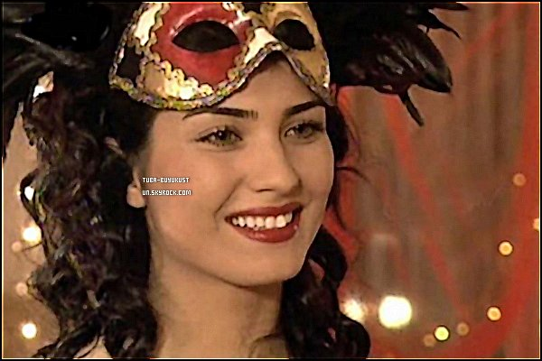 Bienvenue sur Tuba-Buyukustun / BlogFan & Source de la très celebre Actrice Turc Tuba Buyukustun !.