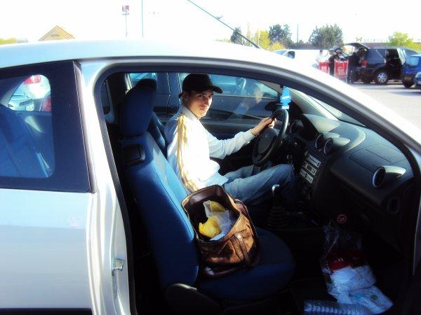 Oooohhhh Beau Gosse au volant, C'est qui ??! et ben c'est mon amoureuxxx, sur le parking de auchan pause photos avant de se préparer pour aller au cinééé  :$  $)