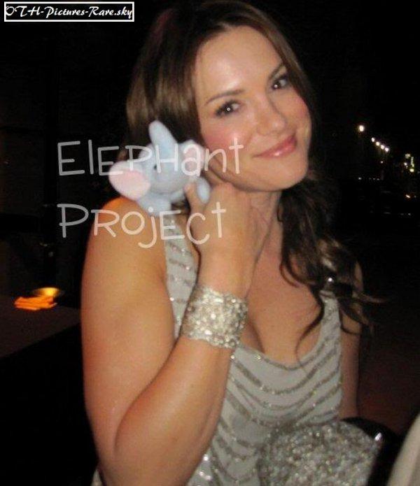 """Danneel qui soutient l'organisation """"THE ELEPHANT PROJET"""" (lutte contre la maladie d'Azheimer) L'éléphant à été choisit comme symbole car on dit que """"Les éléphants n'oublient jamais"""".  Cela consiste à mettre en vente un éléphant violet baptisé Beanie, dont un autographe de la célébrité choisie. ➪ """"Je trouve que c'est super de sa part de s'engager pour une bonne cause !"""""""