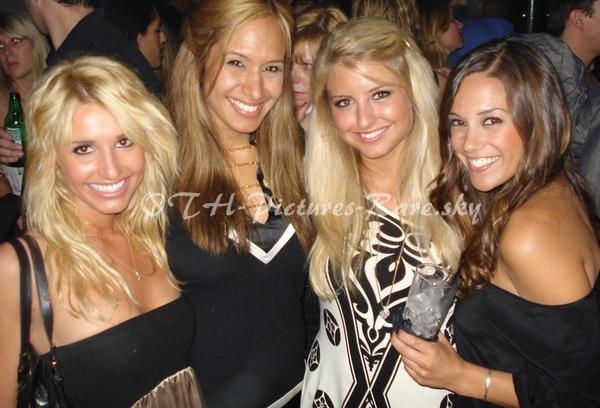 En compagnie de ses copines les ... blondes !