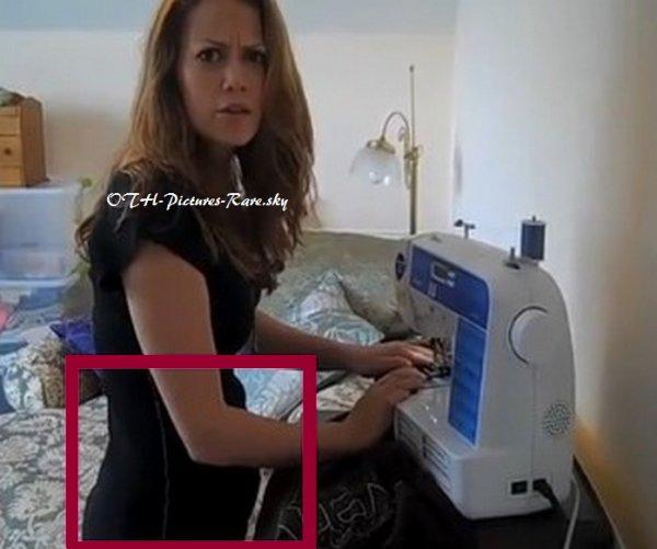 Sur cette photo Bethany (enceinte de 3-4 mois) coud un tee shirt et ne souhaite pas qu'Amber s'en approche lorsqu'elle fait une pause lecture, elle s'apperçoit qu'Amber lui à volé ! (texte par moi) ➪ Voir la : VIDEO