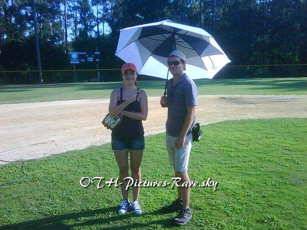 """Quelqu'un peut me dire ce qu'ils font avec un """"umbrella"""" alors qu'il y a du soleil ?"""