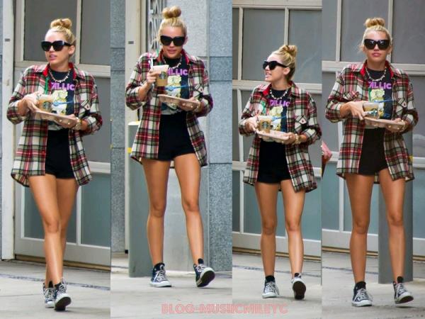 Miley a été vu dans les rues de Philadelphie avec un Starbucks à la main le 27/07/2012