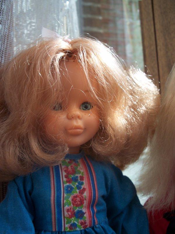 Nancy en tenue Fuscia