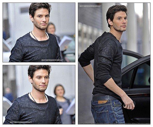 Retour en Arierre - Le 29 Mars dernier Ben a été vu sortant d'un Studio à Londres. Je le trouve super craquant sur les photos, il me fais vraiment fondre avec son regard ! & j'adore sa coupe & son t-shirte, sa lui va tellement bien ;D !