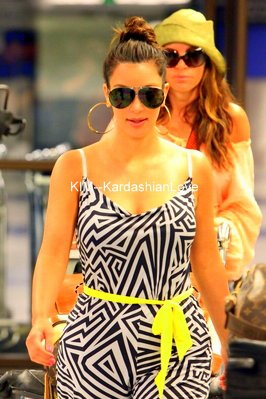 -->Kim a l'aéropport de Los Angeles, elle était en voyage au Mexique avec des amies.