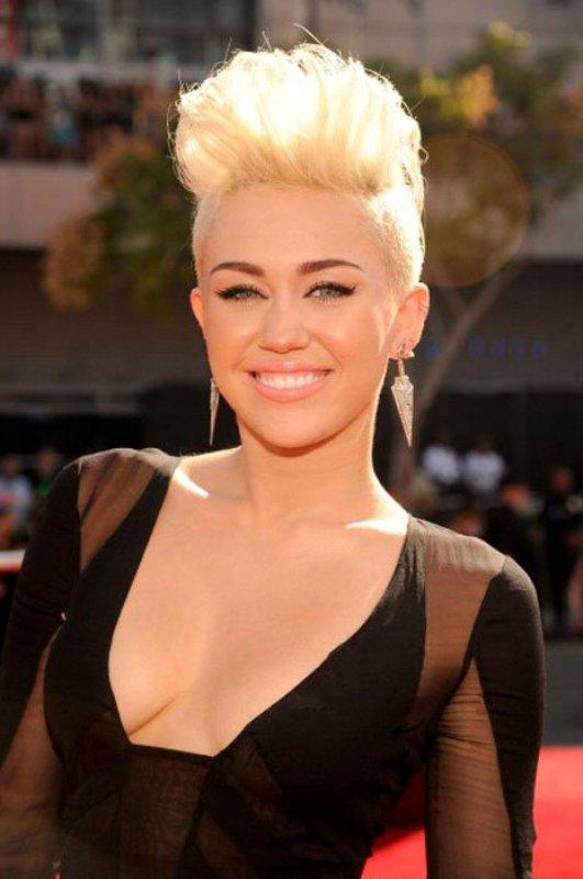 Récemment, Jay Z et Miley Cyrus se sont un peu disputés. Après l'affront du rappeur, la chanteuse se défend!