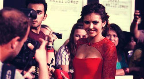 Nina en robe rouge/ in red dress