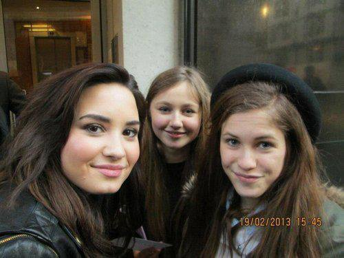 Nouvelle photo de Demi avec des fans à Londres!