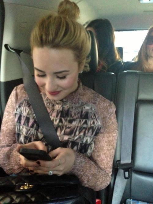 15/05 Demi répond à des questions sur twitter via le compte d'Itunes Music