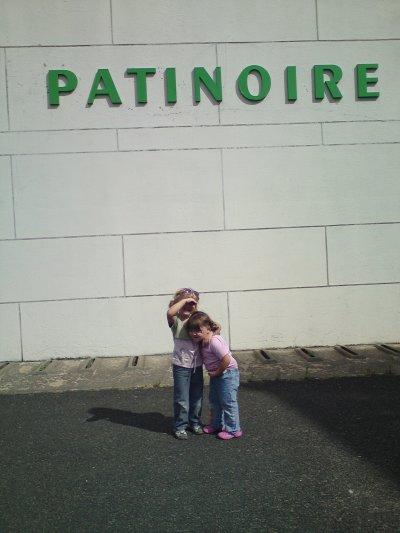 Emeline et Gwendolyne devant la patinoire de bourgueil