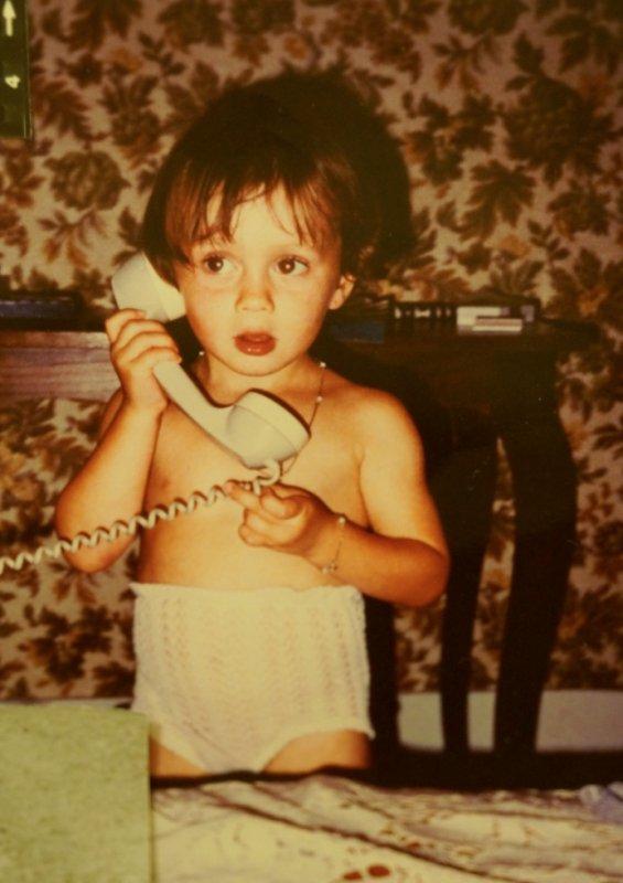 Charlotte au téléphone avec son père.