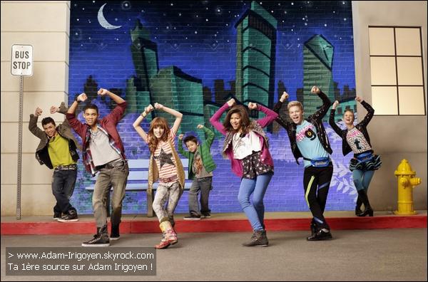 """* Episode 1x01 """"Start It Up"""" : Cece (Bella Thorne) et Rocky (Zendaya Coleman) les deux meilleures amies du monde sont les seuls de leurs classes à ne pas avoir de téléphone portable. Elles essaient de gagner de l'argent en dansant dans les rues de New York mais sans succès. C'est leur camarade et ami Deuce (Adam Irigoyen) qui leur donne un papier d'un casting pour l'émission de danse préféré de Cece et Rocky """"Shake It Up Chicago"""".__________________*______________________Résumé écris par moi-même, si tu prend crédite ! Merci. * As-Tu regarder Shake It Up ? As-Tu aimer ? Ton avism'intéresse! :) *"""