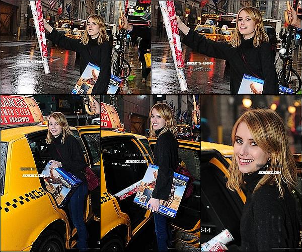 22 Novembre 2011: La jolie Emma quittant le magazin « Toys R' Us » à NYC . Mauvaise qualité d'images.