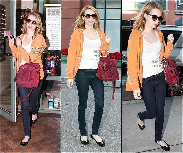 03 Décembre 2011: Emma Roberts était entrain de se promener à Beverly Hills .